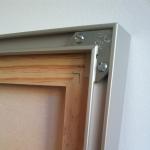Detalle del bastidor de madera y la moldura de alumnio.
